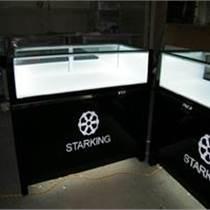 展示柜内空间开阔,设计展现出整洁大方的印象