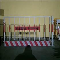 施工基坑圍擋廠家、樓房建筑臨邊防護欄、紅白豎桿基坑護欄